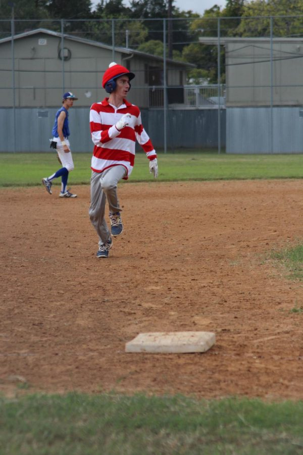 Waldo rounds third
