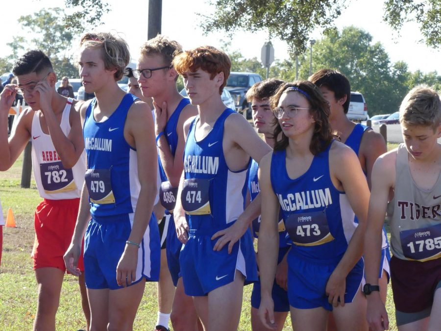 READY TO RACE: Sophomore Chris Riley (center) lines up with seniors Ian Clennan, Wyeth Purkiss, Josh Betton, Cash Robinson and junior Bodhi Tripathi to compete in the 25-5A District Championship in Lockhart. Riley finished ninth to qualifying for regionals on Oct. 28. Photo by Thomas Melina Raab.